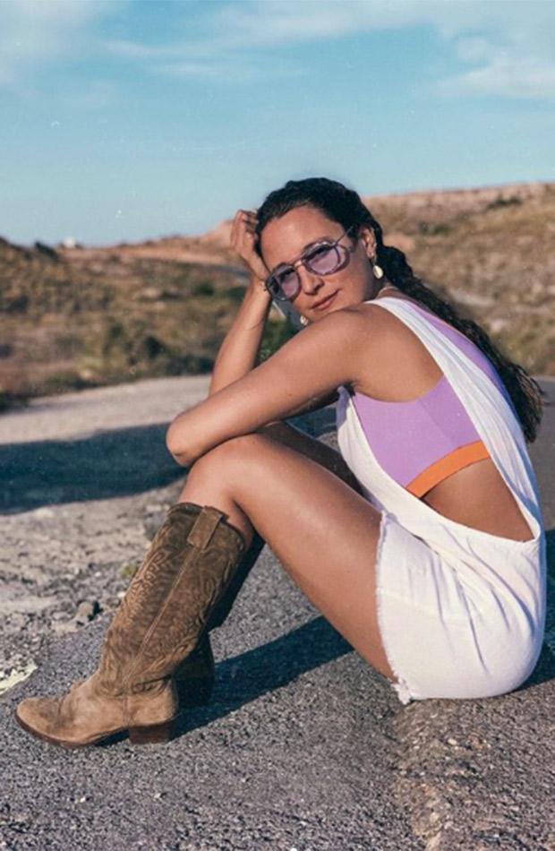 Marta Pombo con mono blanco y botas cowboy
