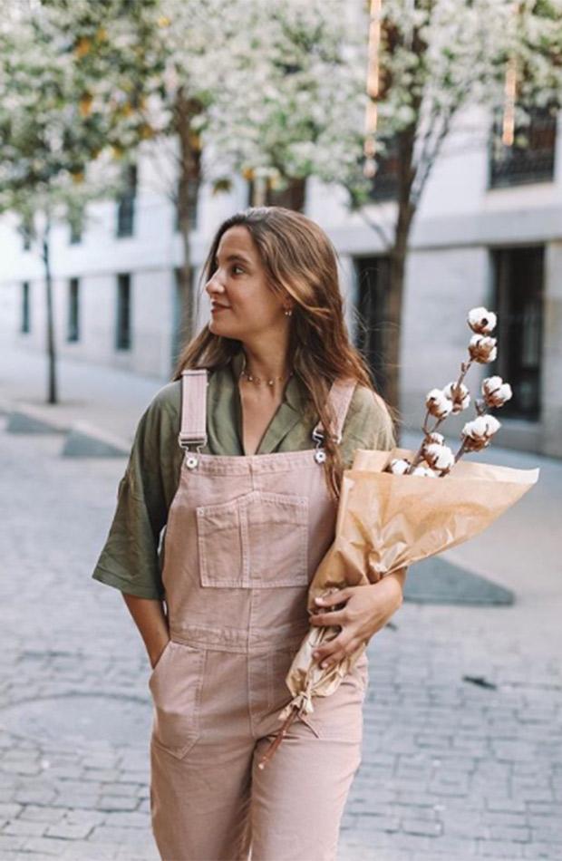 Marta Pombo con mono rosa