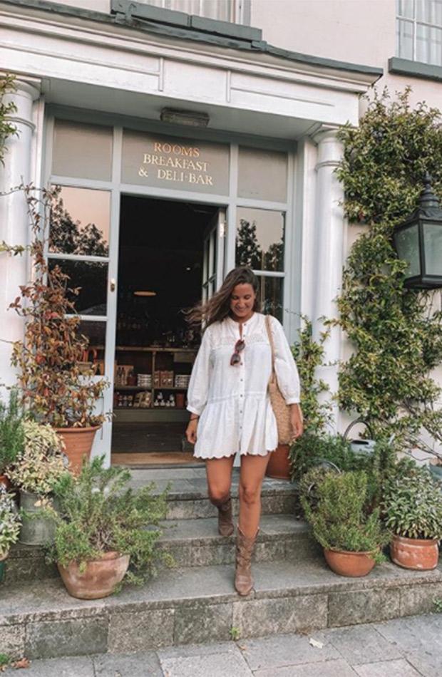 Marta Pombo con vestido blanco y botas