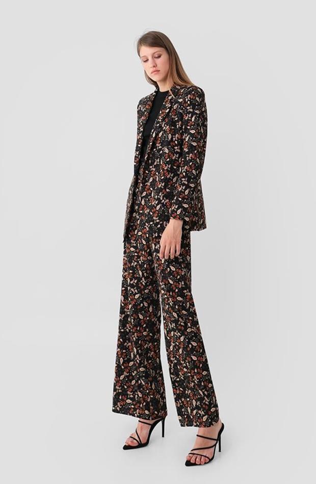 traje de chaqueta con flores de scalpers