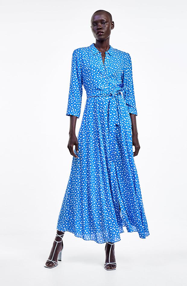 vestido azul con manchas blancas