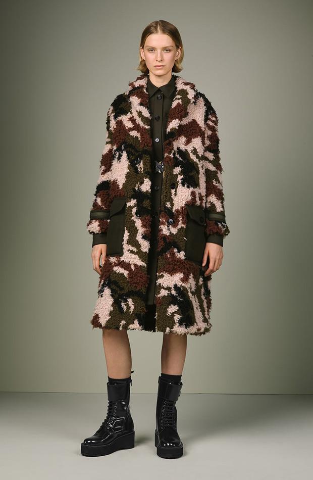 Abrigo peluche de camuflaje de Zara