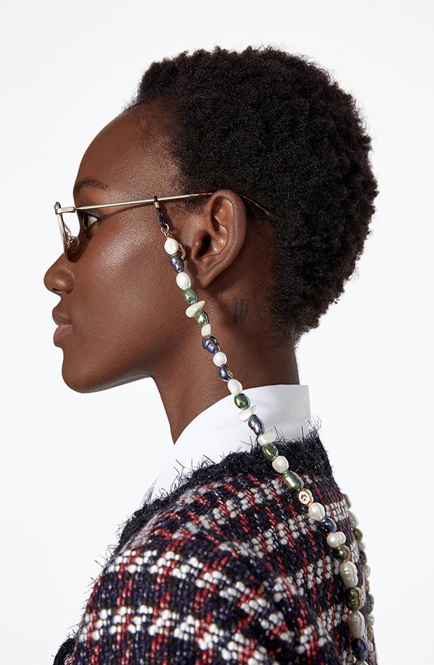 Porta gafas de perlas multicolor de Uterque