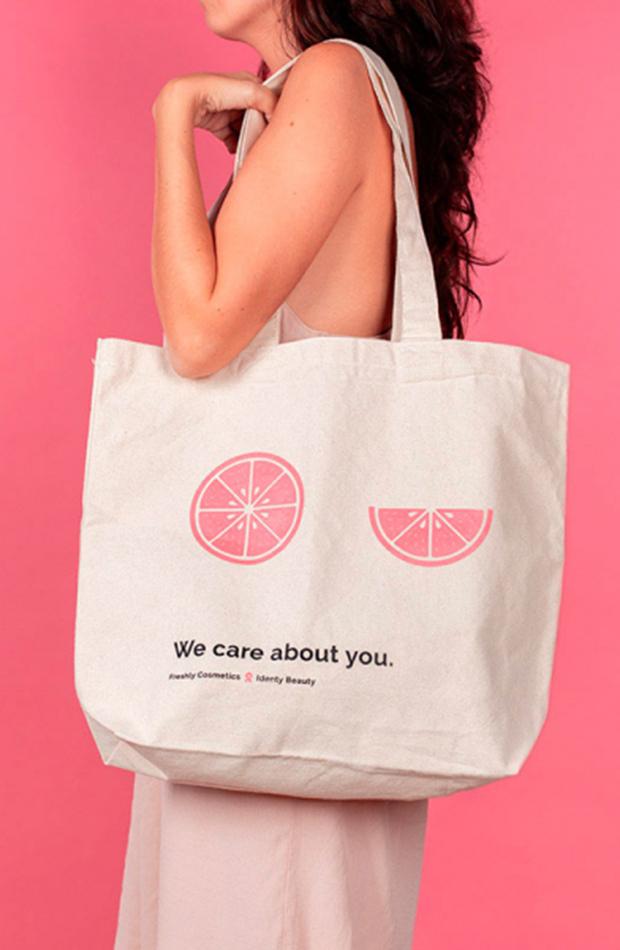Marcas se unen contra cáncer de mama bolsa de Freshly cosmetics