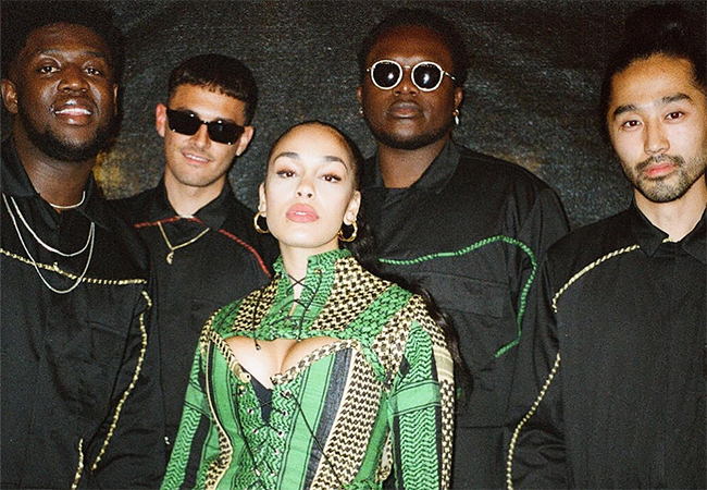 Jorja Smith con sus músicos