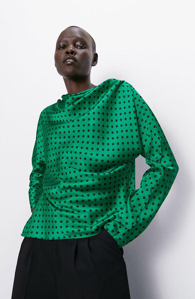 Camisa satinada verde con estampado de lunares