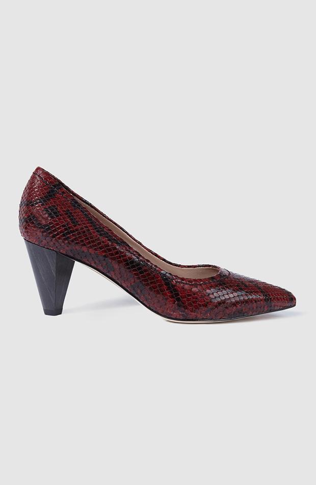 zapatos de salon con print de serpiente gloria ortiz