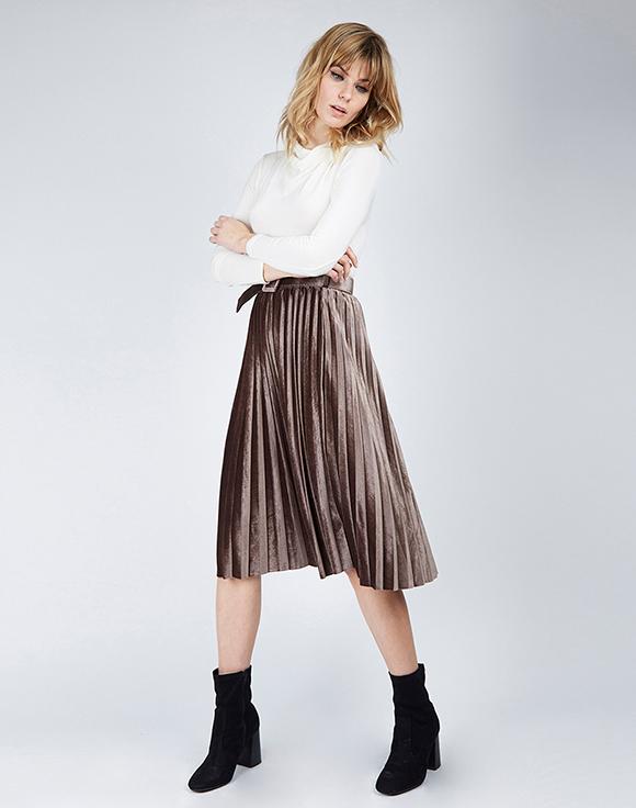 falda plisada beige poete prendas de terciopelo