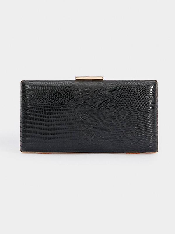 Bolso de mano con broche en color negro para el look de Nochevieja