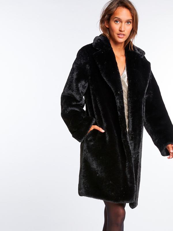 Abrigo de pelo negro para look de nochevieja