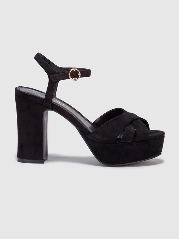 Sandalias negras para el look de Nochevieja