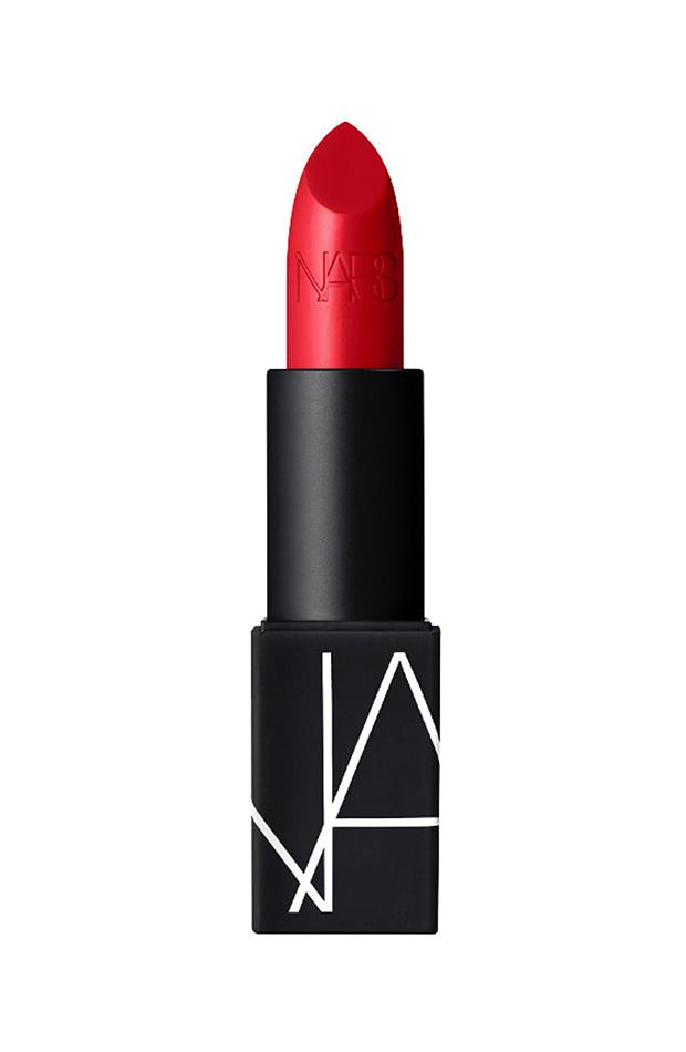 Tendencias de maquillaje 2020 barra de labios color rojo nars