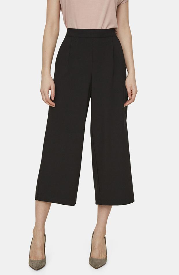 pantalón cropped bermudas en color negro Vero Moda