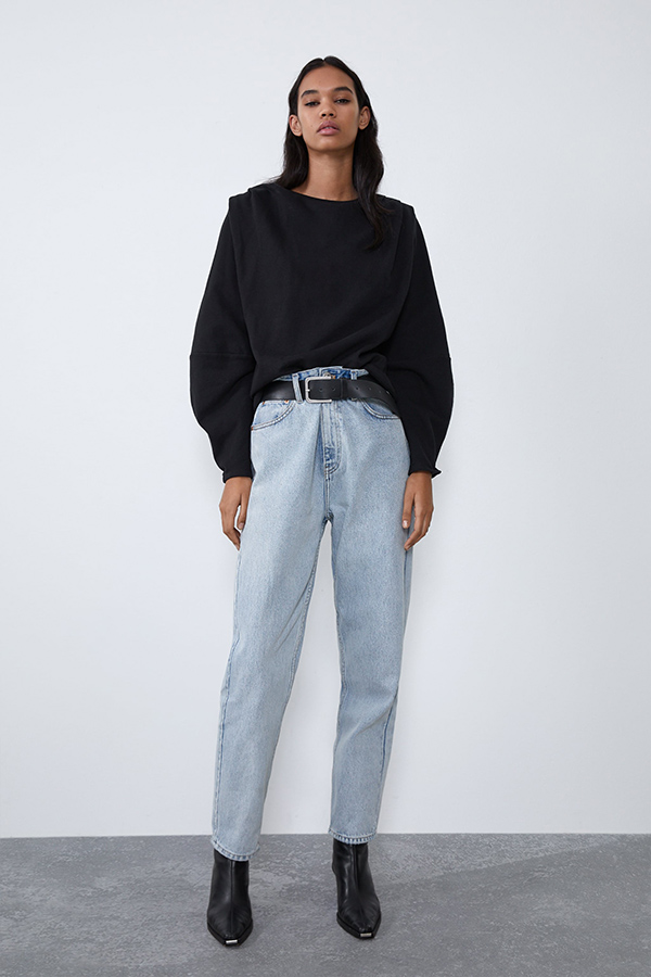 Sudadera negra de Zara con hombreras