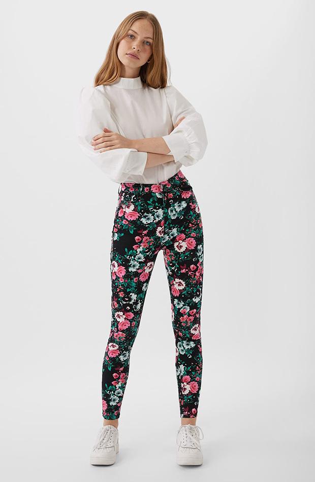 pantalones estampados con flores Stradivarius