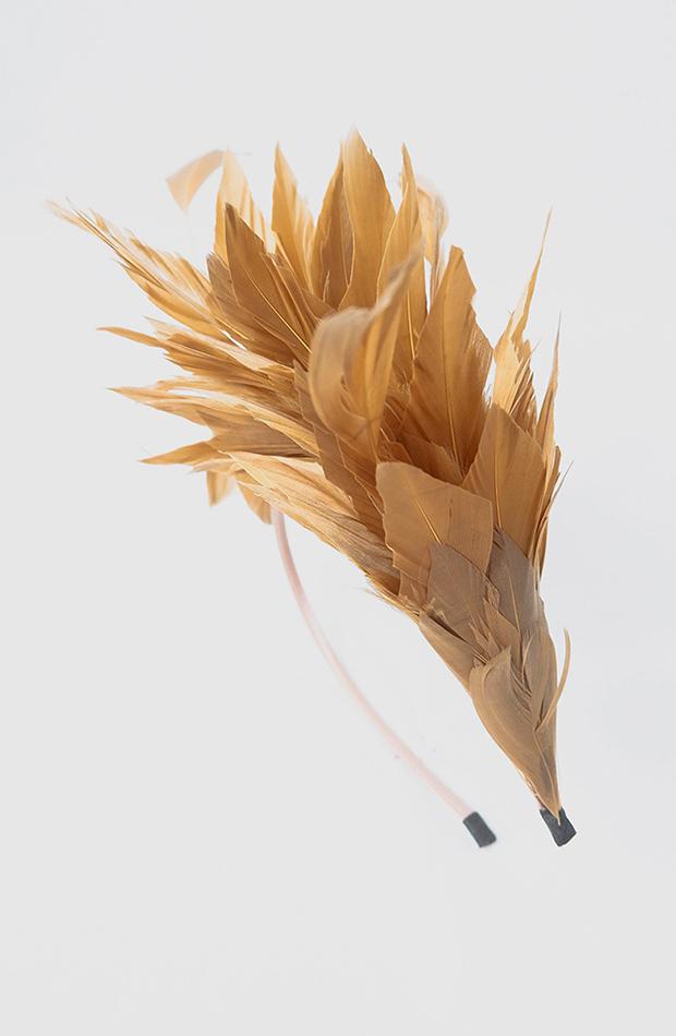 accesorios para el pelo invitada diadema la sombrerera para el corte inglés oro con adorno de plumas naturales tenidas