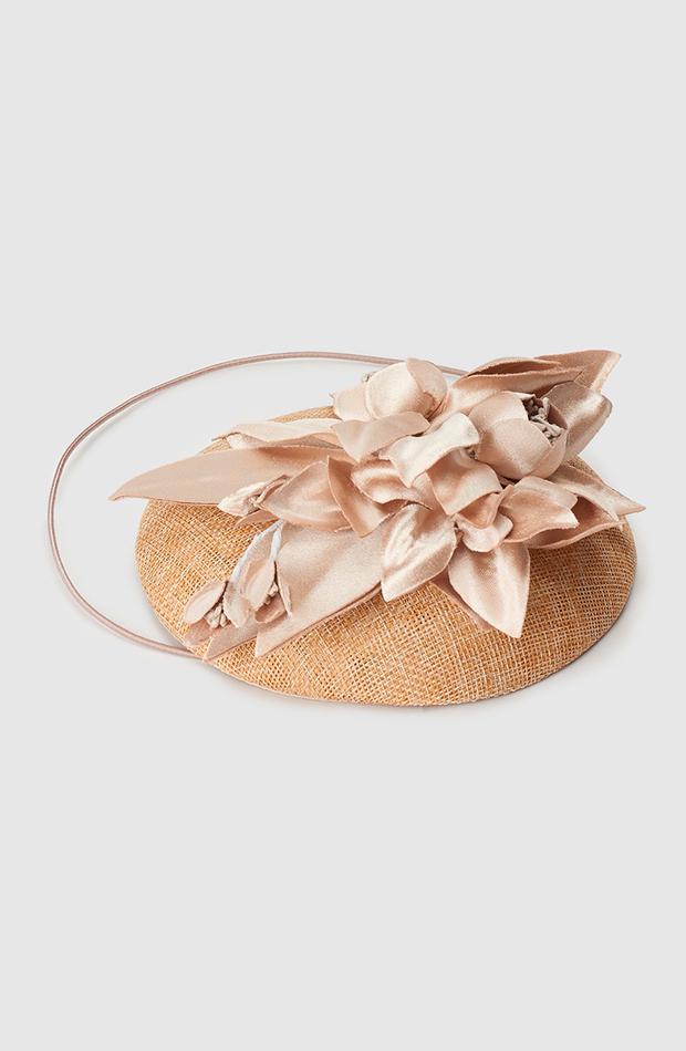 accesorios para el pelo invitada tocado casquete la sombrerera el corte inglés en tono natural con flores de raso