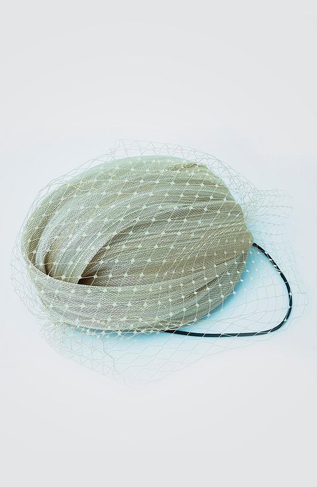 accesorios para el pelo invitada tocado turbante la sombrerera para el corte inglés beige con adorno de velo red