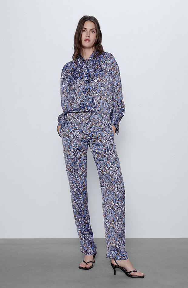 pantalones estampados satinados azules de Zara