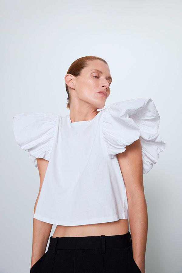 Camiseta con volantes en las mangas de Zara