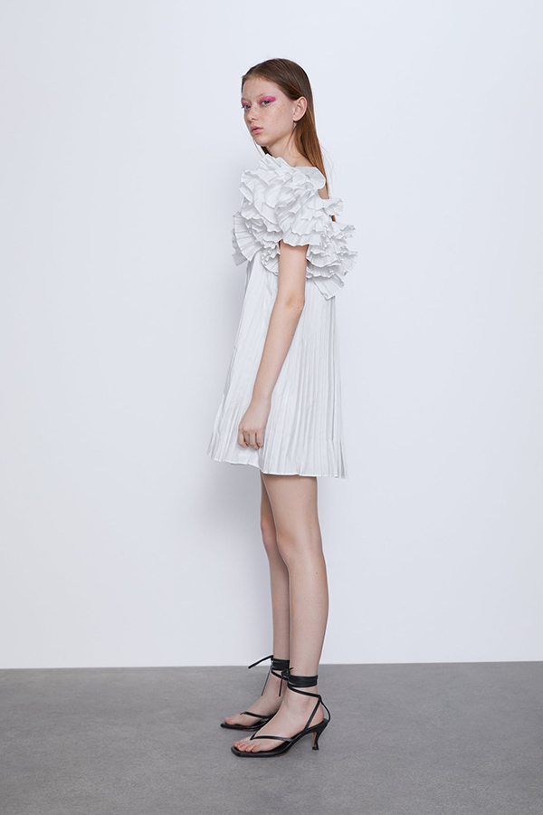 Vestido plisado blanco con volumen de Zara
