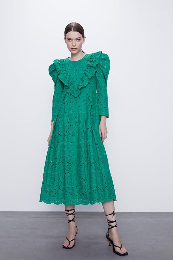 Vestido perforado verde de Zara