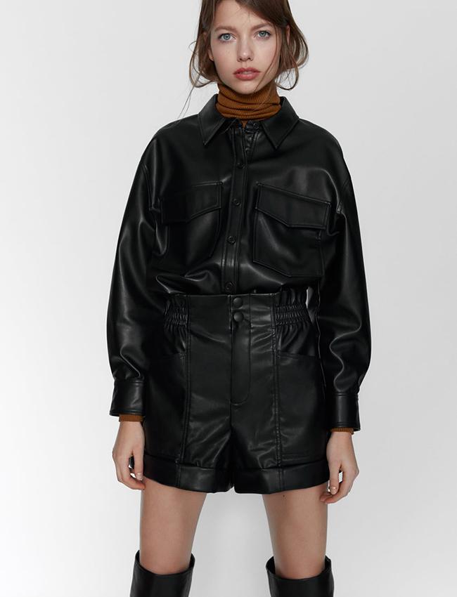Mini shorts De efecto piel de Zara
