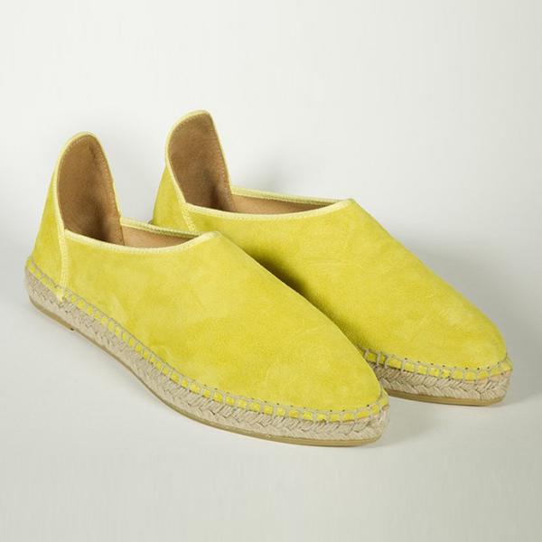 Alpargatas planas de ante en color limón de Atelier Philippa.
