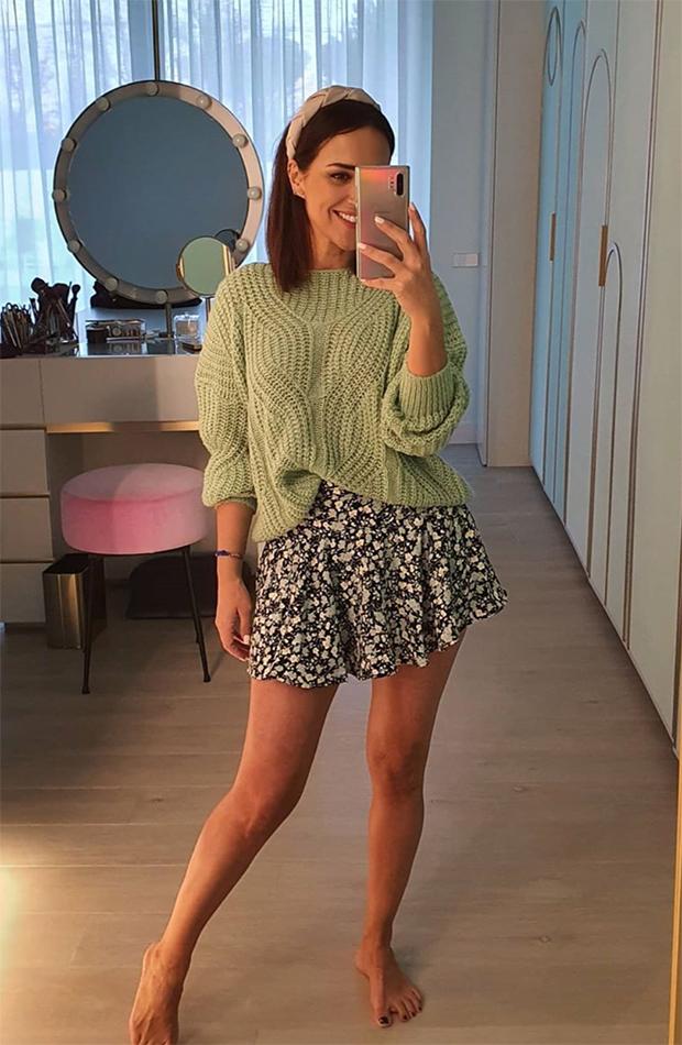 looks de paula echevarría frente al espejo falda de flores y jersey verde