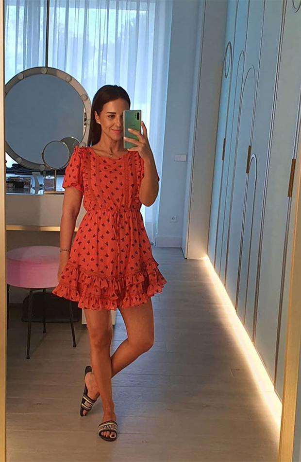 looks de paula echevarría frente al espejo vestido rojo estampado