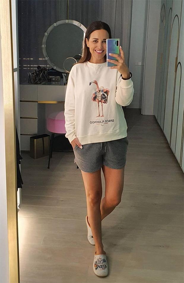 looks de paula echevarría frente al espejo sudadera blanca de flamingo