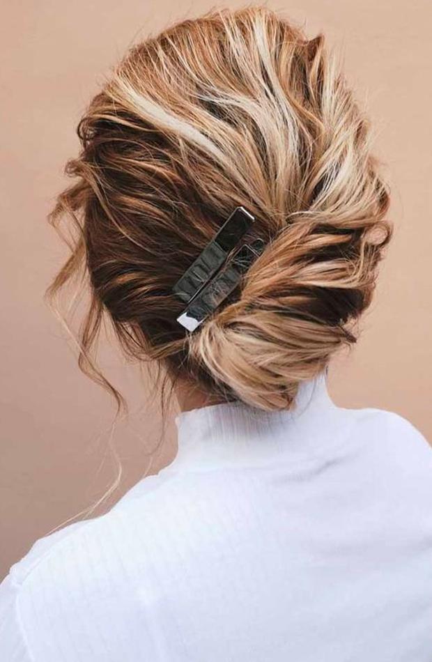 peinados fáciles para casa Moño asimétrico con horquilla