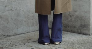 La guía definitiva para llevar los pantalones flare con estilo
