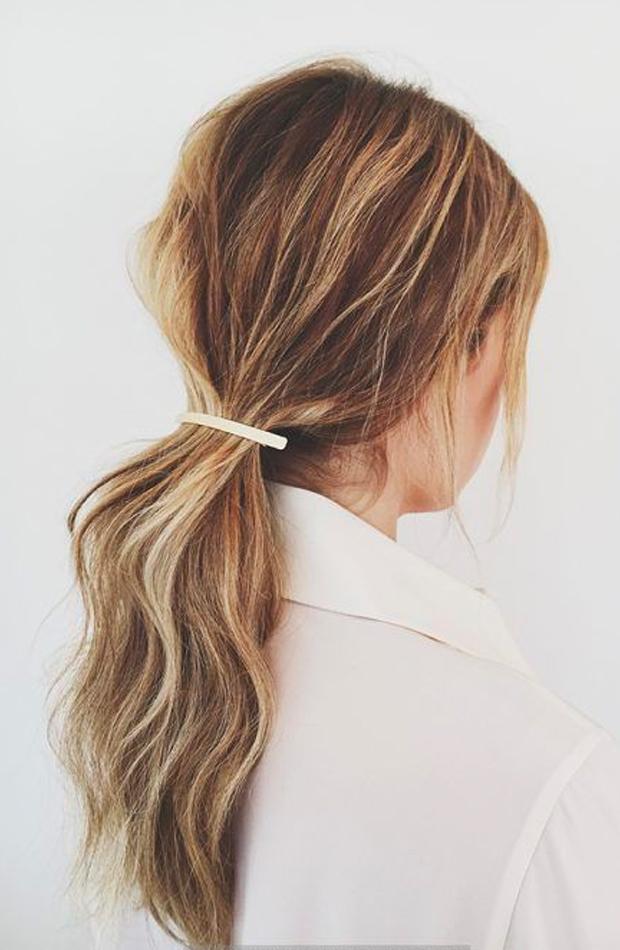 peinados fáciles para casa Coleta con broche plano