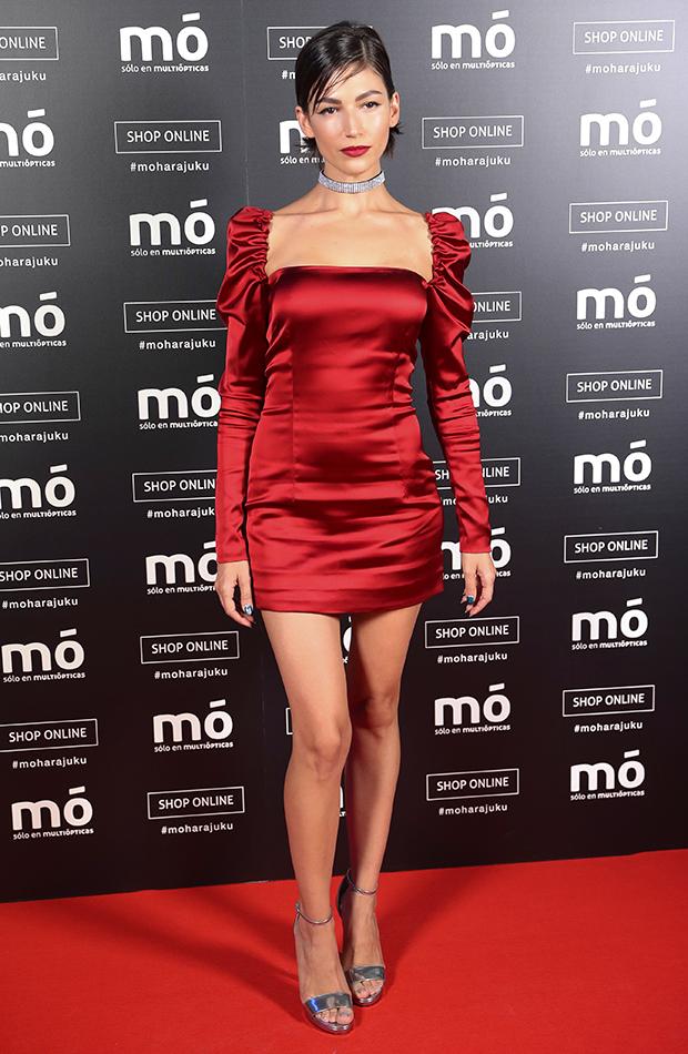 Úrsula Corberó estilo mejores looks vestido rojo satén sensual prendas ajustadas