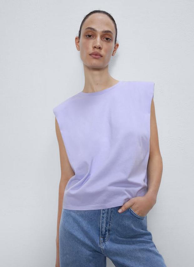 Camiseta con hombreras lila de Zara