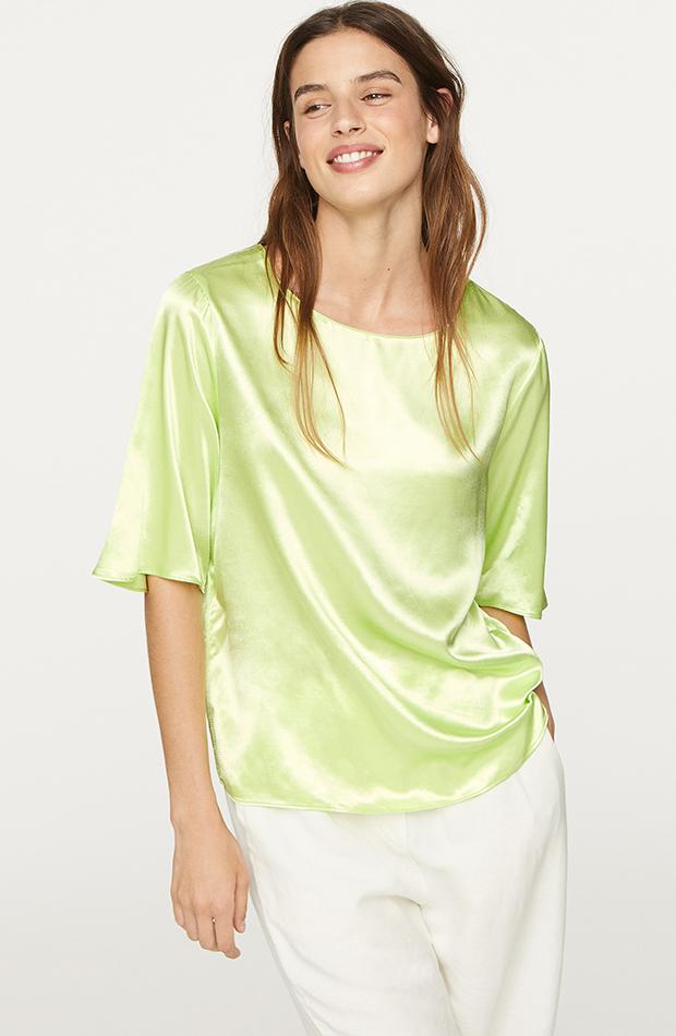Blusa satinada de Oysho en color verde pastel