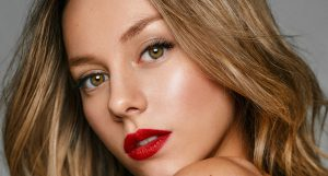 Ester Expósito, nueva musa de maquillaje de YSL BEAUTY en España