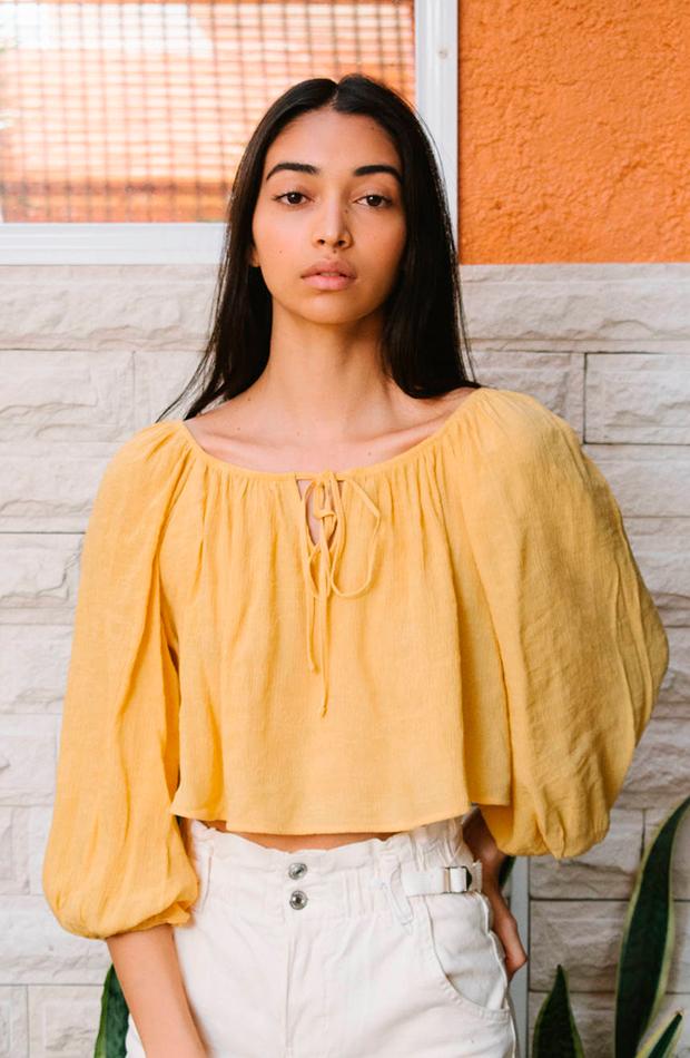 prendas para llevar con converse blusa de color amarilla de Bershka