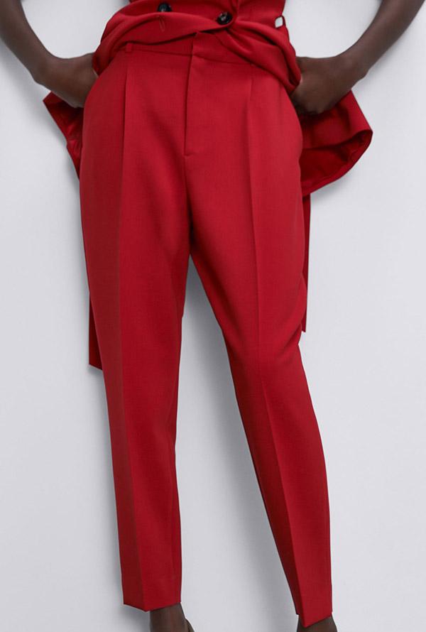 Pantalón de tiro alto en rojo de Zara