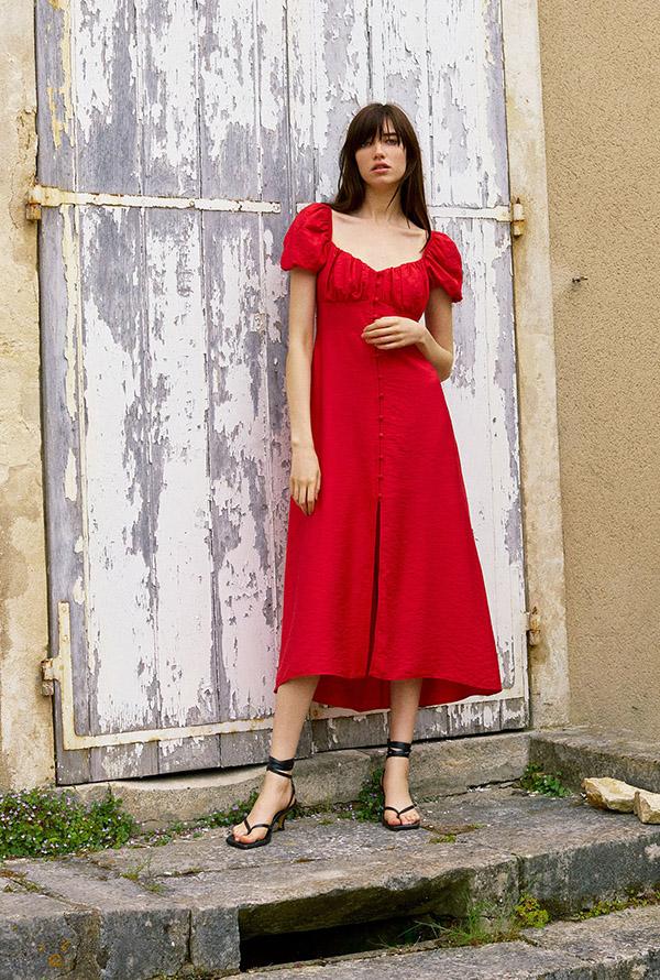 Vestido midi con botones en rojo de Zara