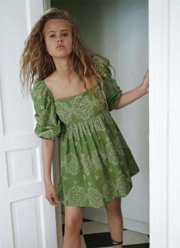 Vestido verde con bordados de las Rebajas Zara Verano 2020