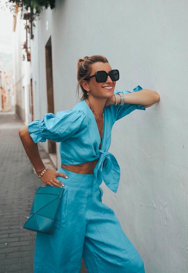 top cruzado y pantalón azules looks de Bartabac verano
