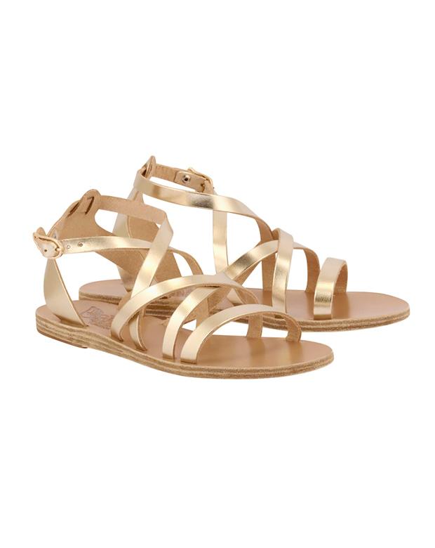 Sandalias planas doradas para cenas de verano