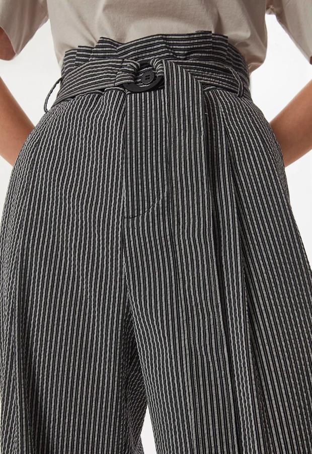 pantalones tendencia 2020 Pantalones culotte de mujer con textura arrugada de rayas Adolfo Domínguez