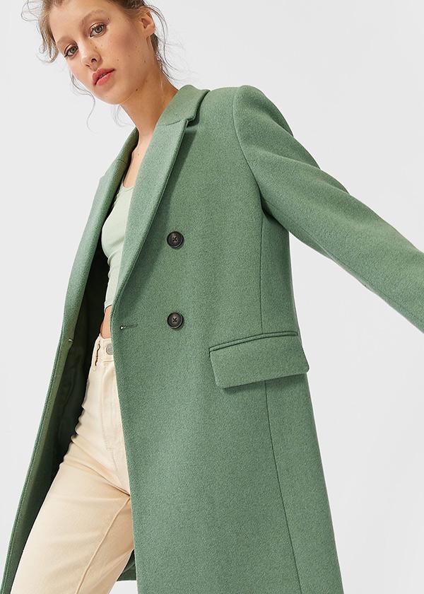 Abrigo de doble botonadura en color verde de Stradivarius