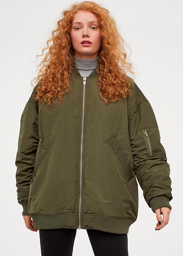 Cazadora bomber en color verde caqui de H&M