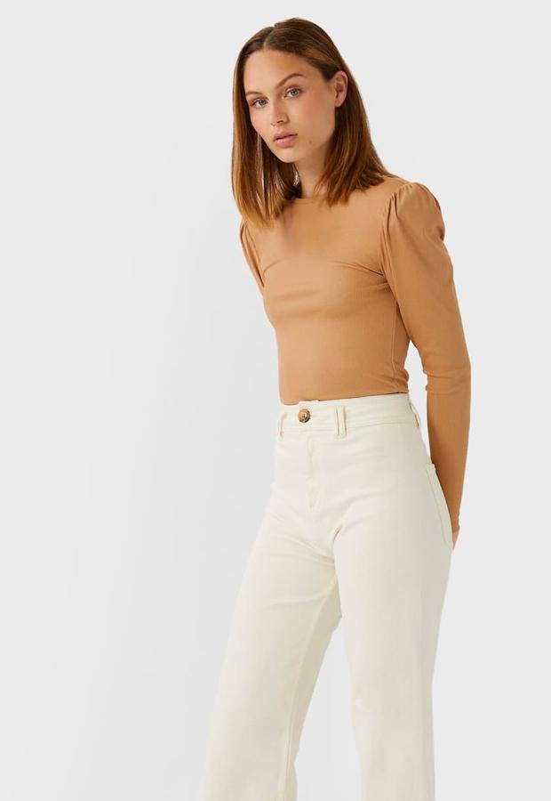 prendas con hombreras Camiseta beige Stradivarious
