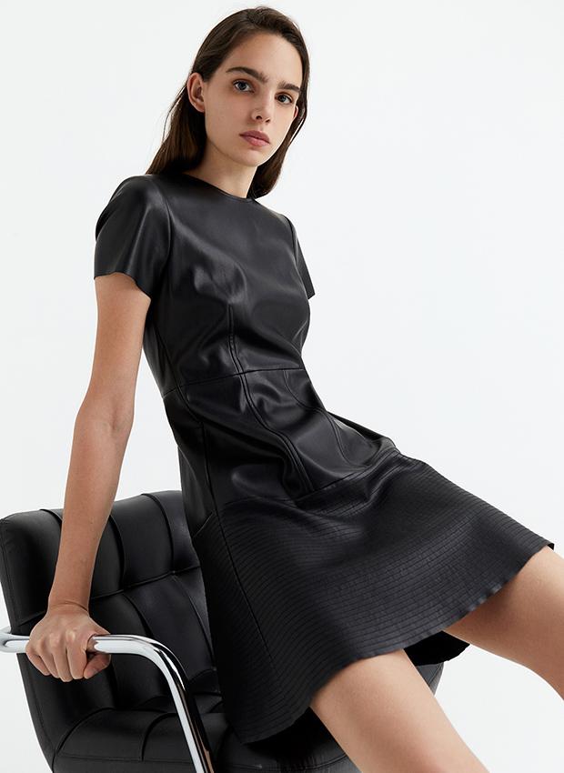 Vestido efecto piel negro de Sfera otoño invierno 2020 2021