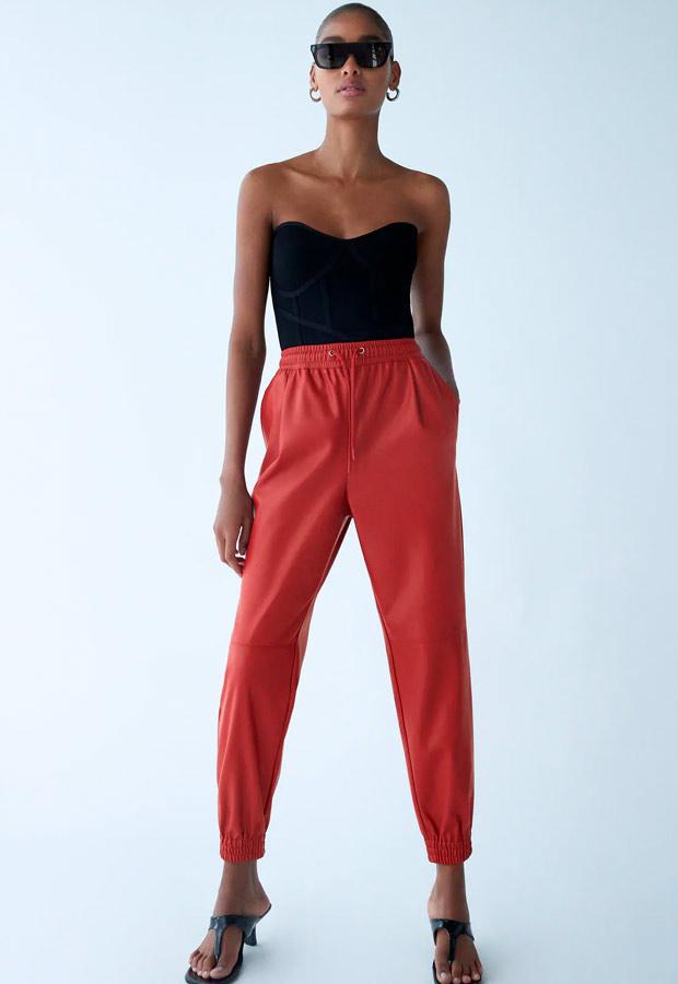 Pantalón jogger rojo de Zara